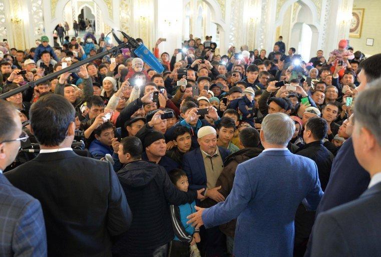 Құрбан айт мейрамына байланысты Әзірет Сұлтан мешітінде болған кезі. Астана, 2015 жылдың 24 қыркүйегі.