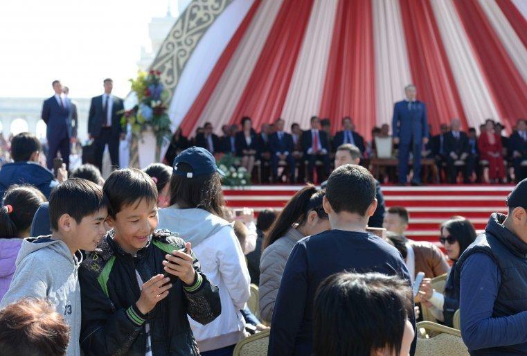 """Қазақстан халқының бірлігі күнін тойлау кезінде. Астана, """"Қазақ елі"""" монументінің алдындағы алаң, 2015 жылдың 1 мамыры."""