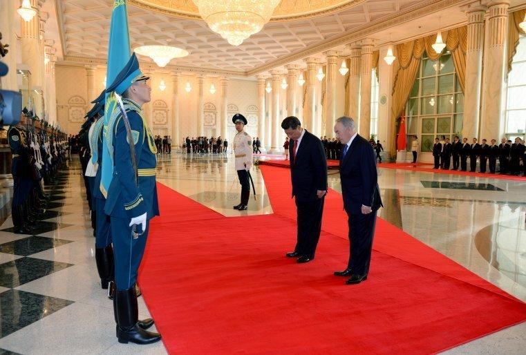 Қытай Халық Республикасының Президенті Си Цзиньпинді қарсы алу салтанаты. Ол Қазақстанға ресми сапармен келген болатын. Астана, Ақорда, 2015 жылдың 7 мамыры.