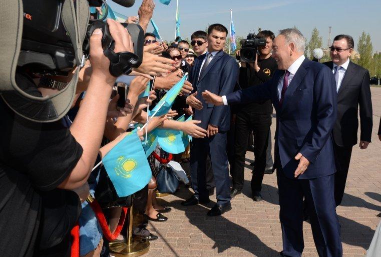 """""""Отан Ана"""" монументіне гүл шоғын қою рәсімінен кейін. Астана, """"Отан қорғаушылар"""" алаңы, 2013 жылдың 9 мамыры)."""