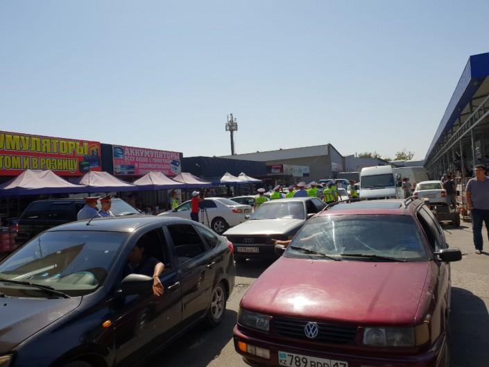 Шымкентте 200 полицей автобөлшектер базарын қоршауға алды