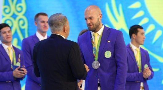 Назарбаев Ниязымбетов пен Левитті алтын медаль иегері ретінде марапаттады