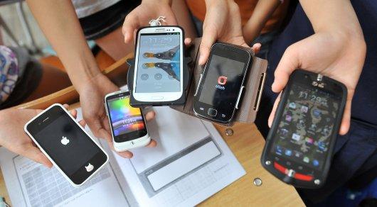 Мұғалімдермен оқушыларға мектепте смартфон қолдануға тыйым салынуы мүмкін