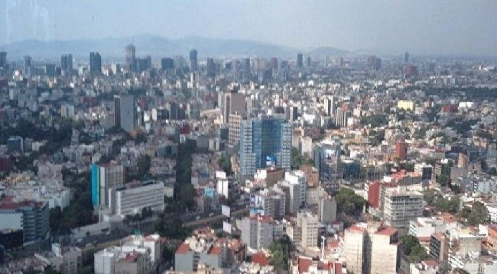 В мексике из пролетавшего над городом самолёта выбросили тро.