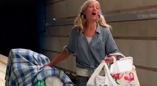 Лос-Анджелес метросында ән айтқан үй-күйі жоқ әйелге танымал продюсер келісімшарт ұсынды - Видео кадрынан